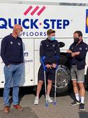 Remco Evenepoel kwam zijn ploegmaats van Deceuninck-Quick.Step nog even goeie moed inspreken bij de start van het BK.