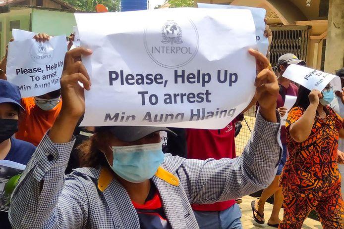 Demonstranten roepen op tot de arrestatie van de militaire machthebber van Myanmar, Min Aung Hlaing. Archiefbeeld uit april van dit jaar.