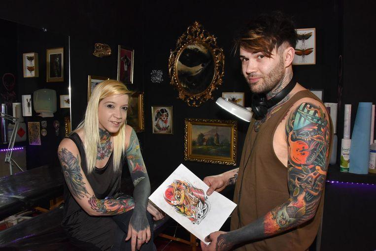 Kandidaat-Miss Tattoo Iris bekijkt met Seppe Broeckx een nieuwe tatoeage.