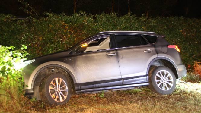Auto vliegt uit de bocht in Nijverdal: Baron Van Sternbachlaan afgesloten
