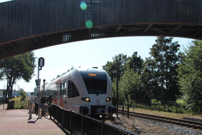 De Arriva-trein Winterswijk-Zutphen op het station Ruurlo.