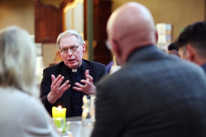 Bisschop De Korte ging maandag in gesprek met deelnemers aan een dialoogbijeenkomst rond geloof en seksuele diversiteit in de Grote Kerk van de Protestantse gemeente in Den Bosch.