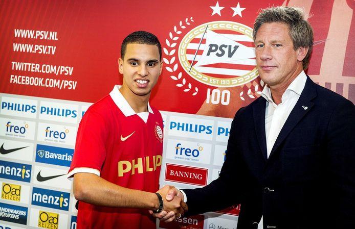 Adam Maher schudt de hand van technisch directeur Marcel Brands van PSV. Foto Koen van Weel/ANP
