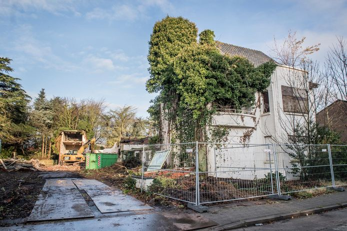 De sloop van de villa in de Adriaen Willaertstraat is begonnen.