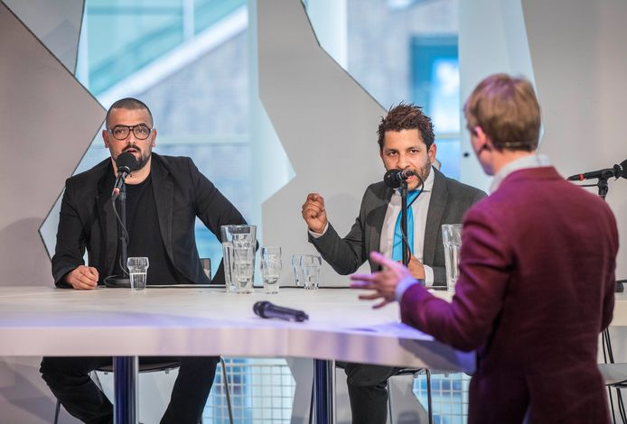 Nida-fractievertegenwoordiger Cemil Yilmaz (l.) en raadslid Sebastiaan Kruis van de Haagse PVV voeren een fel debat over integratie in de stad.