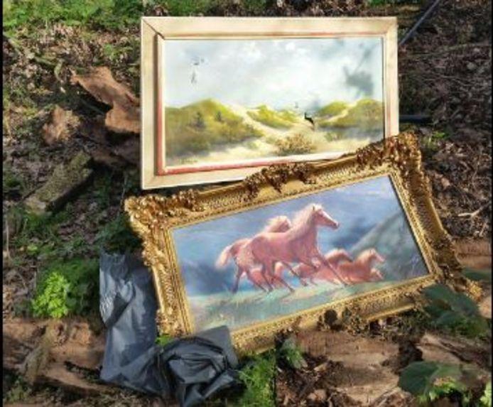 De replica's van schilderijen die de wijkagent terugvond in het buitengebied van Hoogerheide.