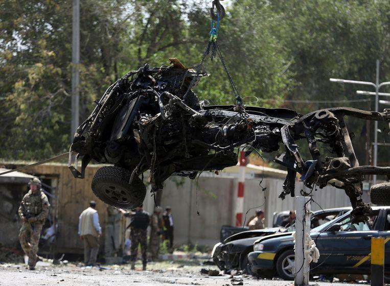De resten van de auto, gebruikt bij een bomaanslag door de taliban op 5 mei, waarbij een Amerikaanse soldaat omkwam. Beeld AP