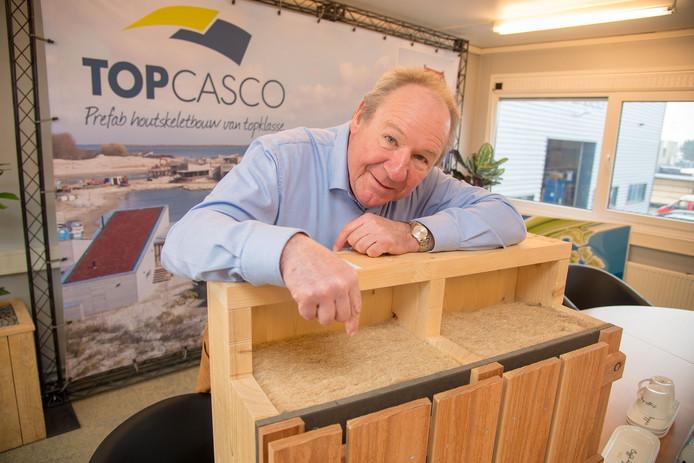 Mardick Minnaard, directeur van Topcasco wijst op het ecologische isolatiemateriaal van hennepvezel