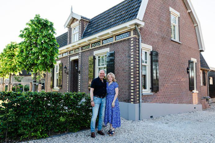 Jan en Corine voor hun voormalige rentenierswoning aan de Gijbelandsedijk in Brandwijk.