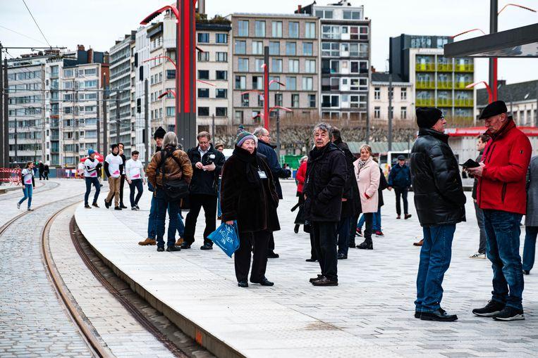 Mensen wachten op de tram van de nieuwe tramlijn 1 .