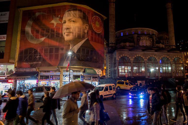Een reuzegrote poster van Turks president Recep Tayyip Erdogan in de Turkse straten.  Beeld Getty Images