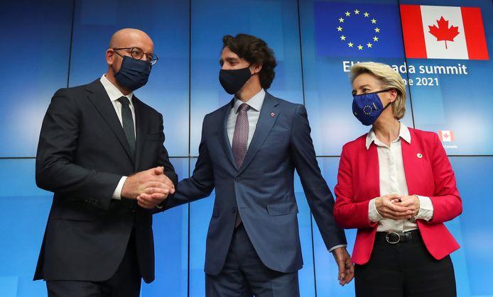 Voorzitter van de Europese Raad Charles Michel (links), Canadese premier Justin Trudeau (midden) en voorzitter van de Europese Commissie Ursula von der Leyen (rechts)