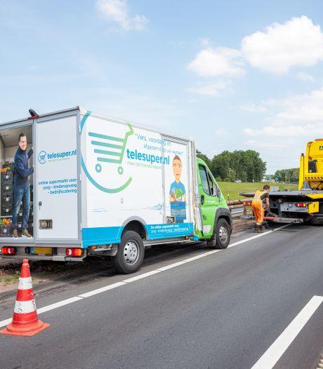 Boodschappenbezorger komt klem te zitten tussen vrachtwagen en vangrail bij Ommen