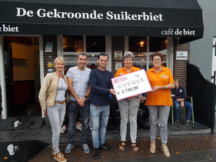 Vlnr: Eveline de Lange, Leon van der Wielen en Robbert Roggeband van Giro di Schouwen-Duiveland delen de cheques uit. Hier aan medewerkers van KiKa