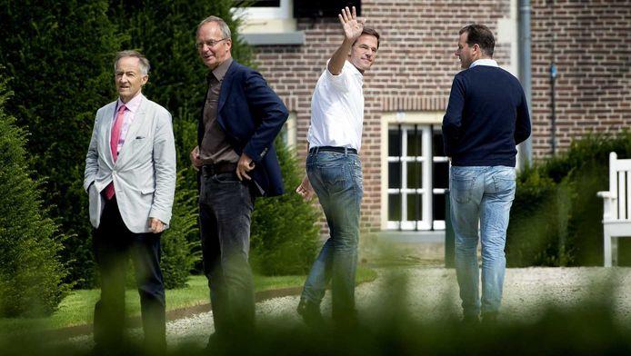 Premier Rutte zwaait naar de pers bij aankomst op een landgoed in Diepenheim, waar het kabinet het politieke seizoen opende met een overleg in ontspannen sfeer.