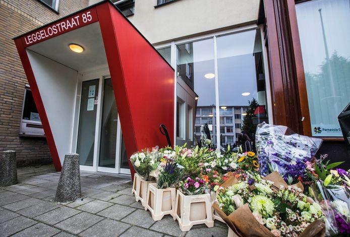 Bloemen voor de overleden beveiliger Martin, aan de Leggelostraat 85.