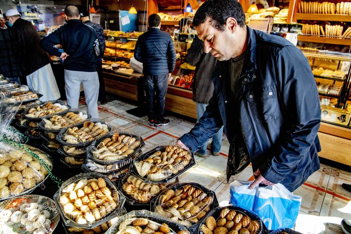 Het is druk bij de Marokkaanse bakker Fes in Rotterdam vanwege Suikerfeest. De islamitische vastenmaand ramadan zit erop. Moslims over de hele wereld mogen overdag weer eten, drinken en roken.