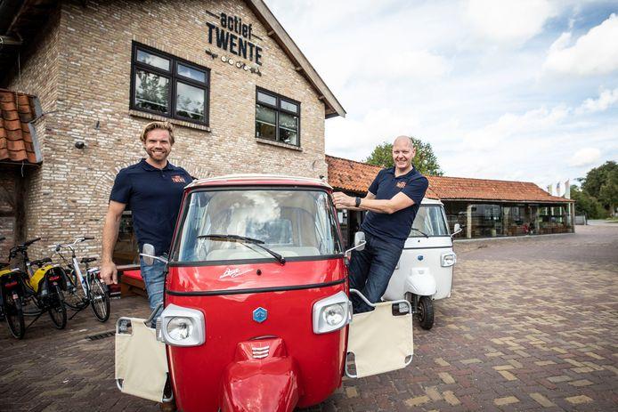 Vrienden waarschuwden voor een 'cv-gat', toen Robert-Jan Dissel (kaal) en Maarten Wittgen vol voor hun verhuurbedrijfje in oude solexjes gingen. Nu runnen de Tukkers een miljoenenbedrijf en verhuren ze 2.000 voertuigen per dag.