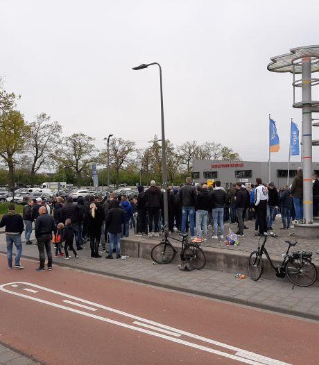 Honderden uitzinnige fans doen spelers van Heracles uitgeleide naar 'Hel van Enschede' met spreekkoren, vuurwerk en clubliederen