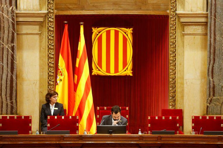 De officiële Catalaanse vlag in het parlement in Barcelona.  Beeld REUTERS