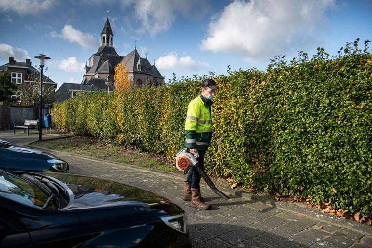 Een medewerker van de Tubbergse plantsoenendienst draag een mondkapje tijdens zijn werk. Beeld Koen Verheijden
