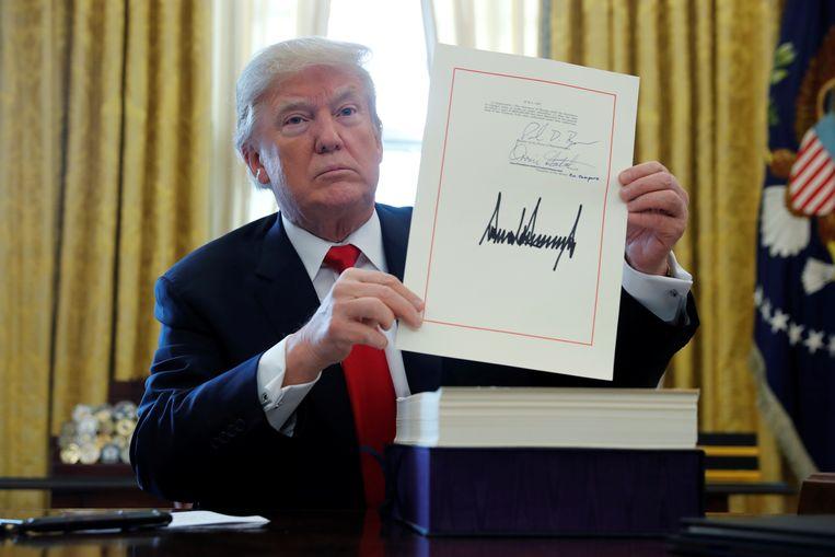 De Amerikaanse president Donald Trump en zijn handtekening, april 2019.  Beeld REUTERS