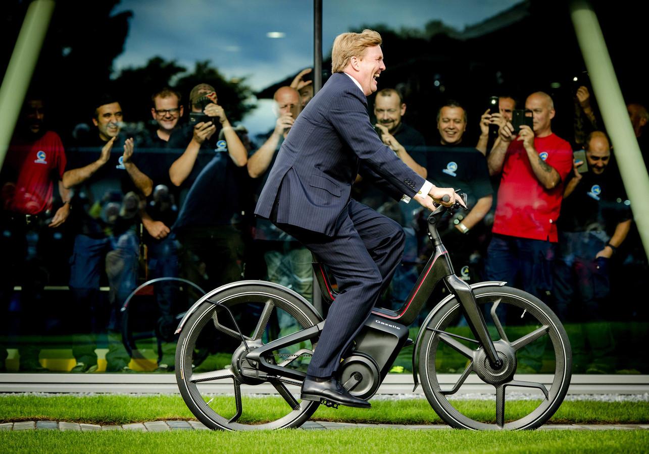 Koning Willem-Alexander reed vorig jaar september op een elektrische fiets bij de opening van de nieuwe Gazelle-fabriek in Dieren.