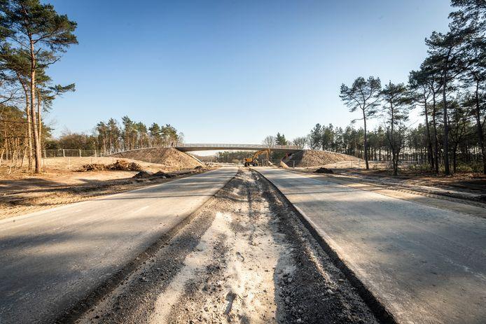 De aanleg van de nieuwe N69, hier bij Riethoven, ligt voor op schema.