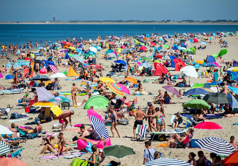 Drukte op het strand bij Ouddorp in Zuid-Holland, vrijdag. Afstand houden is hier lastig. Beeld ANP / Sem van der Wal
