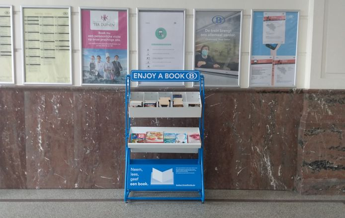 De boekenruilkast duikt op in allerlei stations, onder meer in Brugge en Torhout