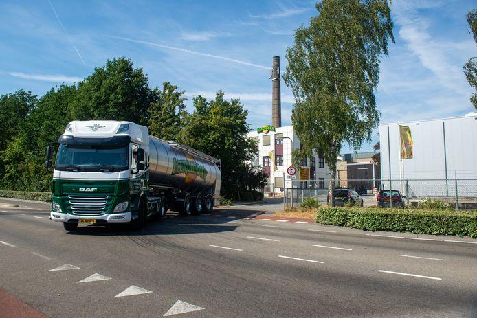 Een vrachtwagen verlaat de Leerdammer melkfabriek in Dalfsen, hier op archiefbeeld.