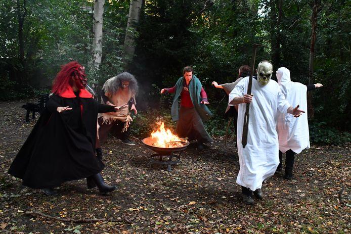 De personages huppelen rond het magische vuur