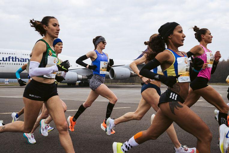 Jill Holterman, midden in het blauw tijdens de marathon van Twente op zondag 28 april 2021. Beeld NN Running Team
