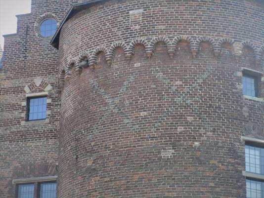 Andreaskruizen op het kasteel in Helmond.