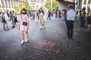 Wake in Gent onder de stadshal voor 14-jarig meisje dat zelfmoord heeft gepleegd na groepsverkrachting, met aanwezigheid van premier De Croo.