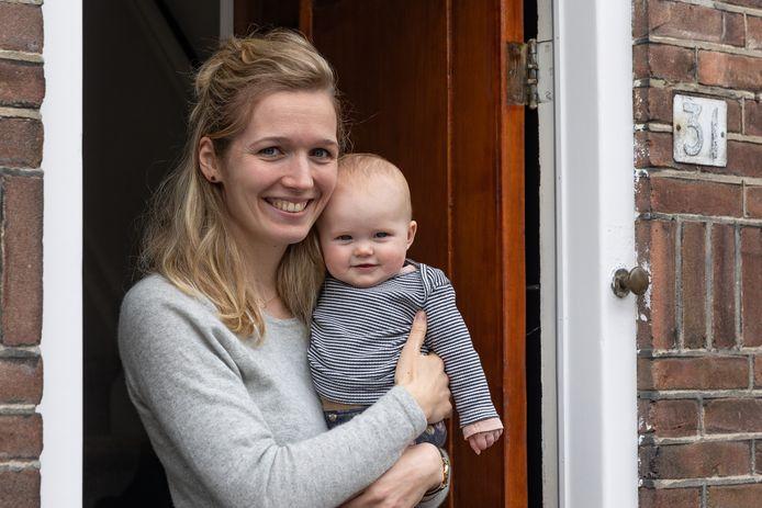 Baby Lauren met moeder Nina Janssens.