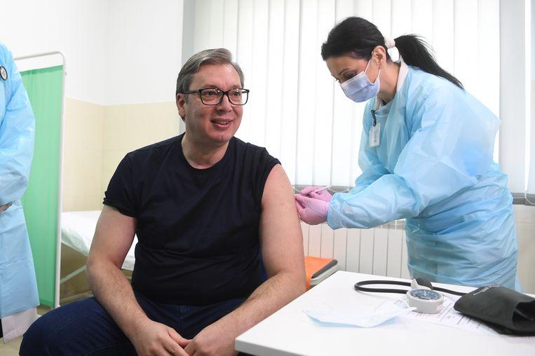 De Servische president Aleksandar Vucic ontvangt zijn eerste dosis van het Chinese SinoPharm vaccin. Beeld EPA