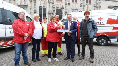 Burgemeester Dirk De fauw geeft goede voorbeeld bij aftrap stickerverkoop Rode Kruis