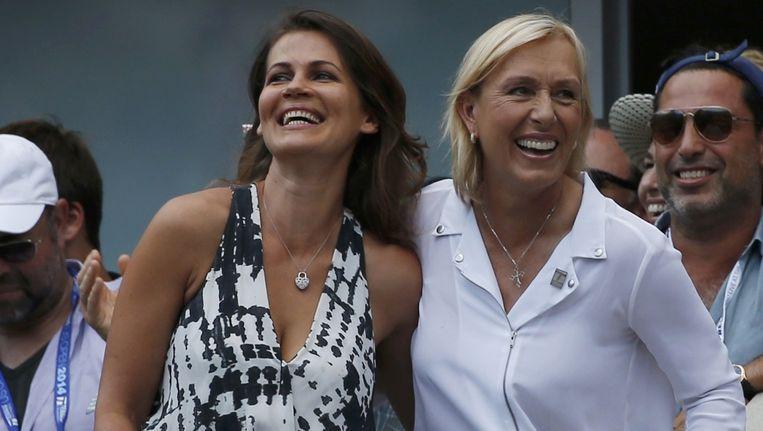 Martina Navratilova (rechts) en haar partner Julia Lemigova vlak na het huwelijksaanzoek in het Arthur Ashe stadion in New York. Beeld REUTERS