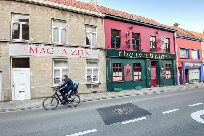 Pub The Irish Pipes en de twee aanpalende panden gaan tegen de grond