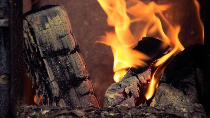 Houtkachels en -haarden zijn vervuilender dan eerst werd gedacht. Door een nieuwe rekenmethode van het RIVM blijkt dat houtstook de grootste bron van fijnstofuitstoot is in Nederland.