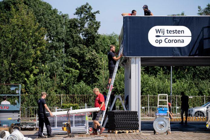 De ingang van de coronatestlocatie XL wordt afgebroken.  'Wij testen op corona', daar is niets van terecht gekomen.