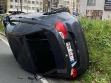 Wagen rijdt te snel en belandt daardoor op zijkant