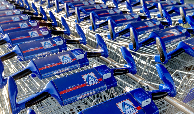 Winkelwagentjes met het logo van de supermarktketen Aldi
