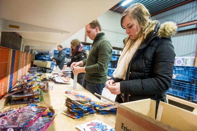 Leden van de Jongerenraad Twenterand helpen in 2015 mee met een Sinterklaasactie voor de Stichting Manna.