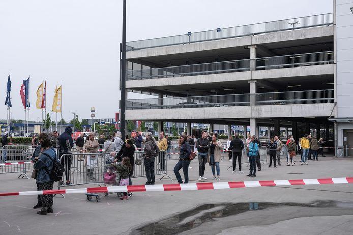 Wachtende klanten bij IKEA in Duiven. 'De rij wachtenden om bij IKEA een kastje, met te weinig schroeven of te veel planken, te mogen kopen mag nog steeds even straffeloos als eindeloos zijn.'