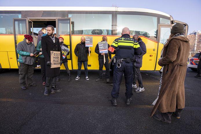 Sympathisanten van actieclub Kick Out Zwarte Piet (KOZP) nadat de bus onderweg van Amsterdam naar Den Helder is stilgezet door agenten. De actieclub, die wilde demonstreren bij de intocht van Sinterklaas, werd tijdens de rit staande gehouden.