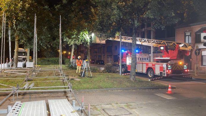 De brandweer moest enkele takken komen afzagen die in de weg zaten van de stellingbouwers.