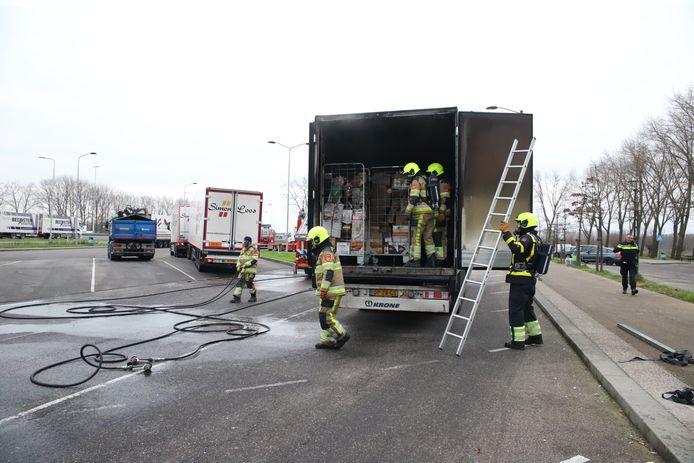 De brandweer blust de vrachtwagen bij de A2.