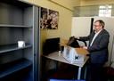 Futselaar pakt de laatste spulletjes in voor vertrek uit zijn werkkamer in Den Haag.